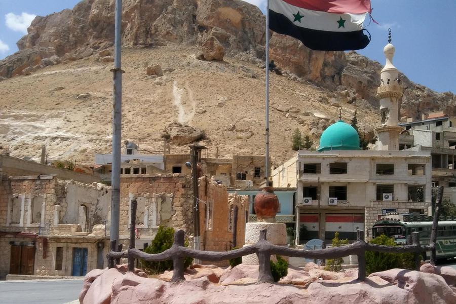 En la plaza principal de Maalula ha vuelto a ondear la bandera nacional siria (Foto: Pablo Sapag M.)
