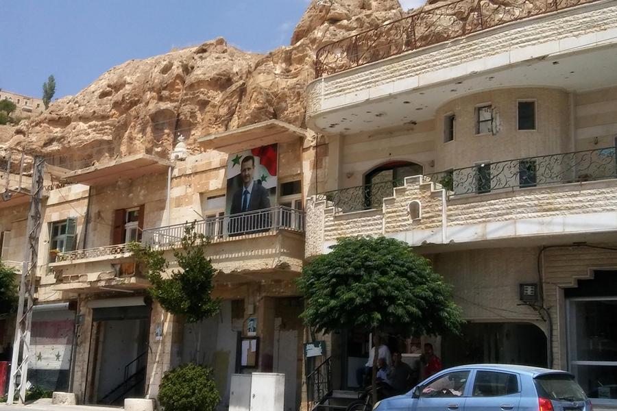 En Maalula todas las casas tienen impactos de bala. En la cima de la montaña, la imagen de la Virgen ha vuelto al lugar del que fue arrancada por los yihadistas (Foto: Pablo Sapag M.)