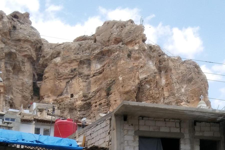 Los depósitos de agua para enfrentar la crisis comparten espacio con cruces, cuevas y la estatua de la Virgen en lo alto de la montaña (Foto: Pablo Sapag M.)