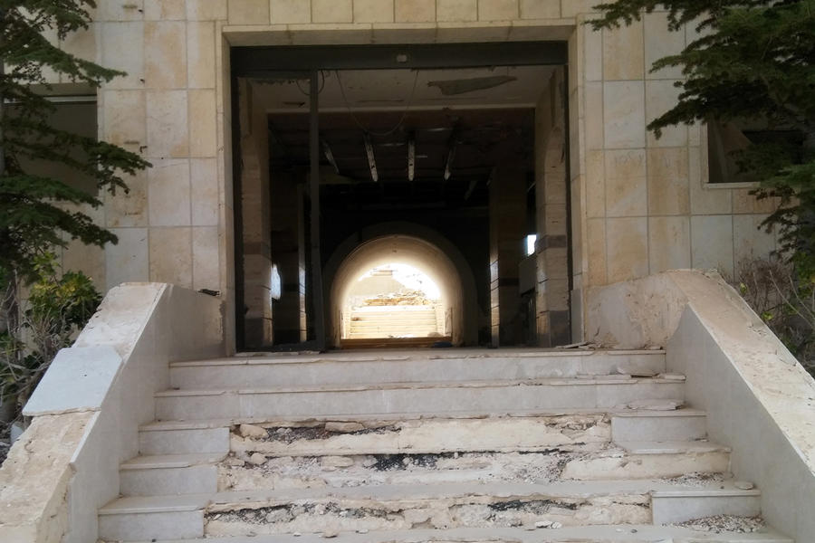 Escalera de entrada al destruido Hotel Safir (Foto: Pablo Sapag M.)