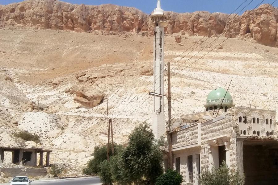 Mezquita de nueva construcción a la entrada de Maalula. Al fondo, las estribaciones de las Montañas de Qalamoun (Foto: Pablo Sapag M.)