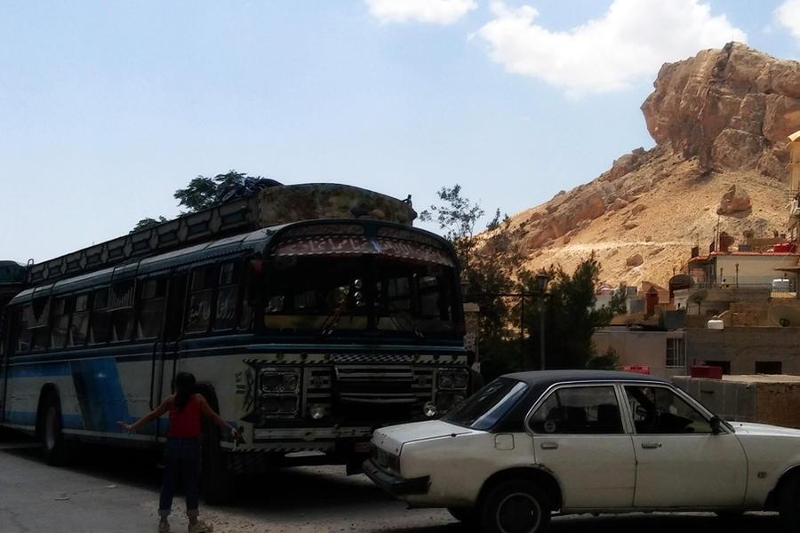 En autobuses y autos, los turistas vuelven a Maalula (Foto: Pablo Sapag M.)